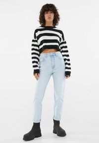 Bershka - MOM FIT JEANS - Jeans baggy - light blue - 1