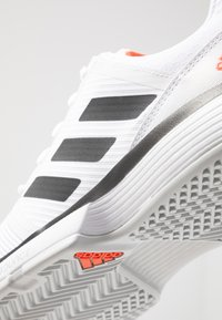 adidas Performance - COURTJAM BOUNCE - Tennissko til grusbane - footwear white/core black/light solid grey - 5