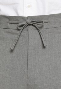 Isaac Dewhirst - THE RELAXED SUIT  - Oblek - light grey - 8