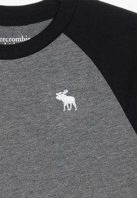 Abercrombie & Fitch - BASIC RAGLAN CREW - T-shirt med print - grey/black - 3