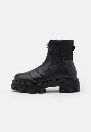 ARCHIE ZIP FRONT CHUNKY - Kotníkové boty na platformě - black