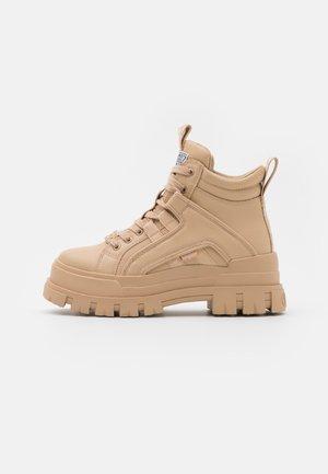 VEGAN ASPHA MID - Kotníkové boty na platformě - beige