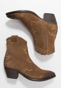 Lazamani - Cowboy/biker ankle boot - tan - 3
