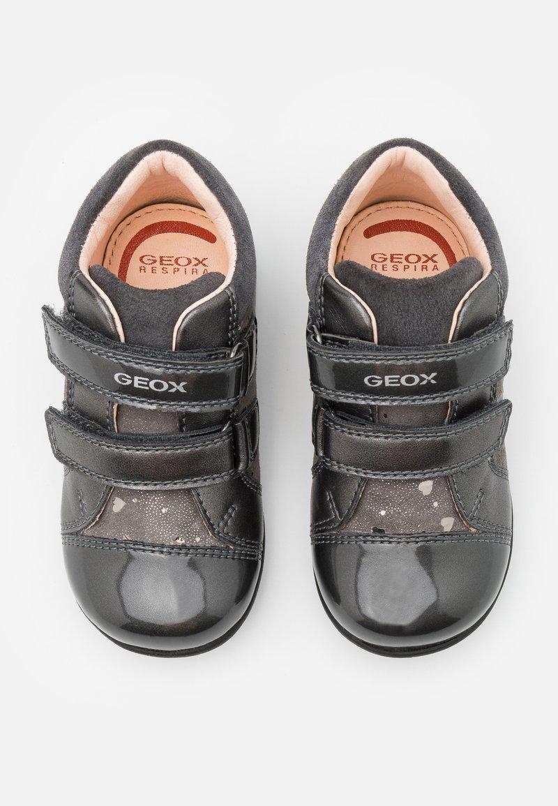 huella dactilar forma Cocinando  Geox KAYTAN - Zapatos de bebé - dark grey/gris - Zalando.es