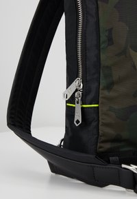 Paul Smith - MENS BAG SLING CAMO - Sac bandoulière - green - 7