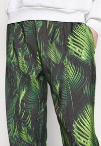 9N1M SENSE - SPECIAL PIECES PANTS UNISEX - Trousers - black/green - 5