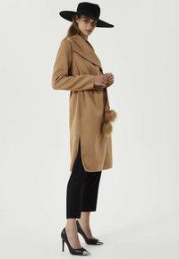 Liu Jo Jeans - WITH POMPON - Manteau classique - brown - 1