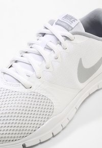 Nike Performance - WMNS NIKE FLEX ESSENTIAL TR - Zapatillas de entrenamiento - white/wolf grey/pure platinum - 5