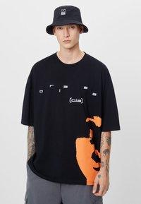 Bershka - T-shirt con stampa - black - 0