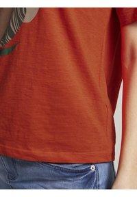 TOM TAILOR - FRONTPRINT OVERSIZED - Print T-shirt - strong flame orange - 4