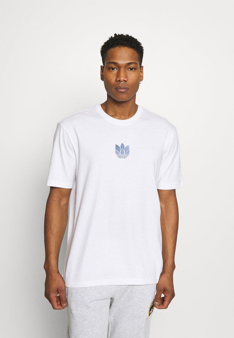 adidas Originals - TEE UNISEX - T-shirt med print - white/crew blue
