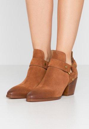 PAMELA - Kotníková obuv - luggage