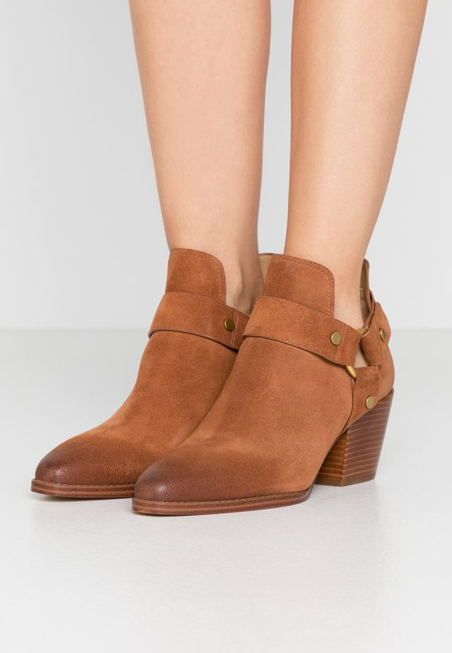 PAMELA - Ankle boot - luggage