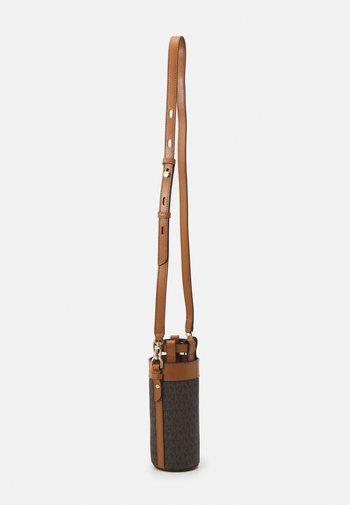 TRAVEL ACCESSORIES BOTTLE HOLDER - Across body bag - brown