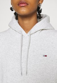 Tommy Jeans - REGULAR HOODIE - Sweat à capuche - silver grey heather - 4