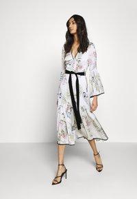 We are Kindred - ELOISE BUTTON THROUGH DRESS - Košilové šaty - ecru delphinum - 1