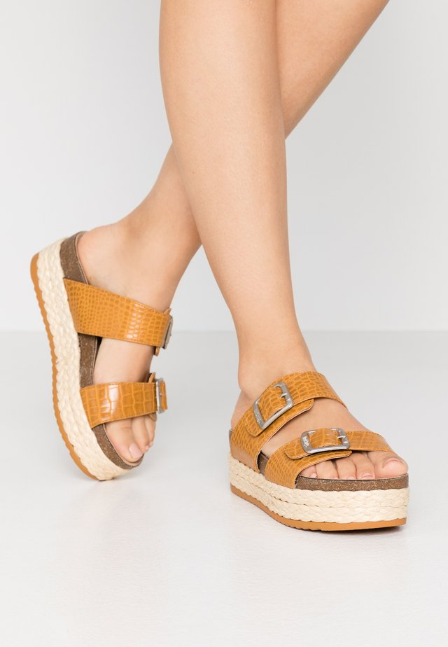 PERLA - Pantofle na podpatku - drile mostaza