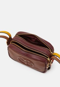 Tory Burch - PERRY BOMBE DOUBLE STRAP MINI BAG - Across body bag - english tan/claret - 4