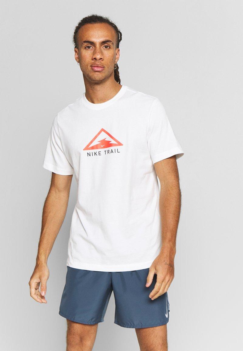 Nike Performance - DRY TEE TRAIL - Camiseta estampada - sail