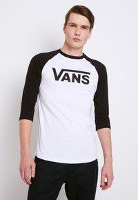 Vans - CLASSIC RAGLAN CUSTOM FIT  - Langarmshirt - white/black - 0