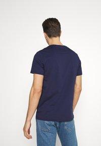 Lyle & Scott - PLAIN - Basic T-shirt - navy - 2