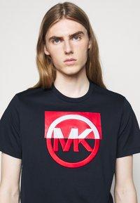 Michael Kors - BLOCK LOGO TEE - Print T-shirt - dark midnight - 3