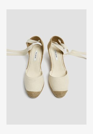 KEILABSATZSCHUHE MIT BEIGER SCHLEIFE 11511540 - Sandali con zeppa - beige
