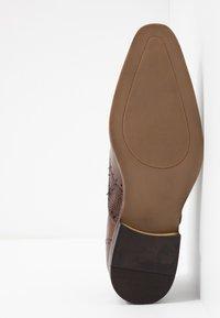 Pier One - Zapatos con cordones - brown - 4