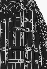 Calvin Klein Jeans - LOGO TAPE HOODIE - Mikina skapucí - black - 2