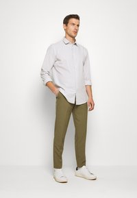 Lindbergh - CLUB PANTS - Pantaloni - light army - 1