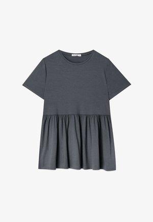 MIT KURZEN ÄRMELN UND VOLANT - T-shirt z nadrukiem - dark grey