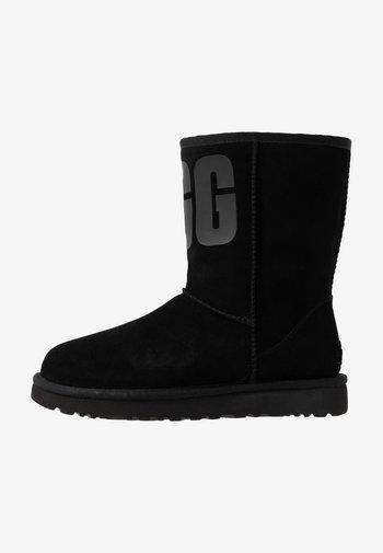 CLASSIC SHORT LOGO - Støvletter - black