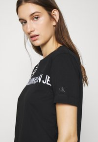 Calvin Klein Jeans - GRID LOGO TEE - T-shirt con stampa - black - 3