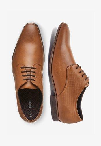 TAN TEXTURED DERBY SHOE - Stringate eleganti - brown