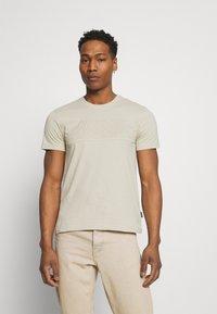 Calvin Klein - LOGO LINES - T-shirt con stampa - beige - 0