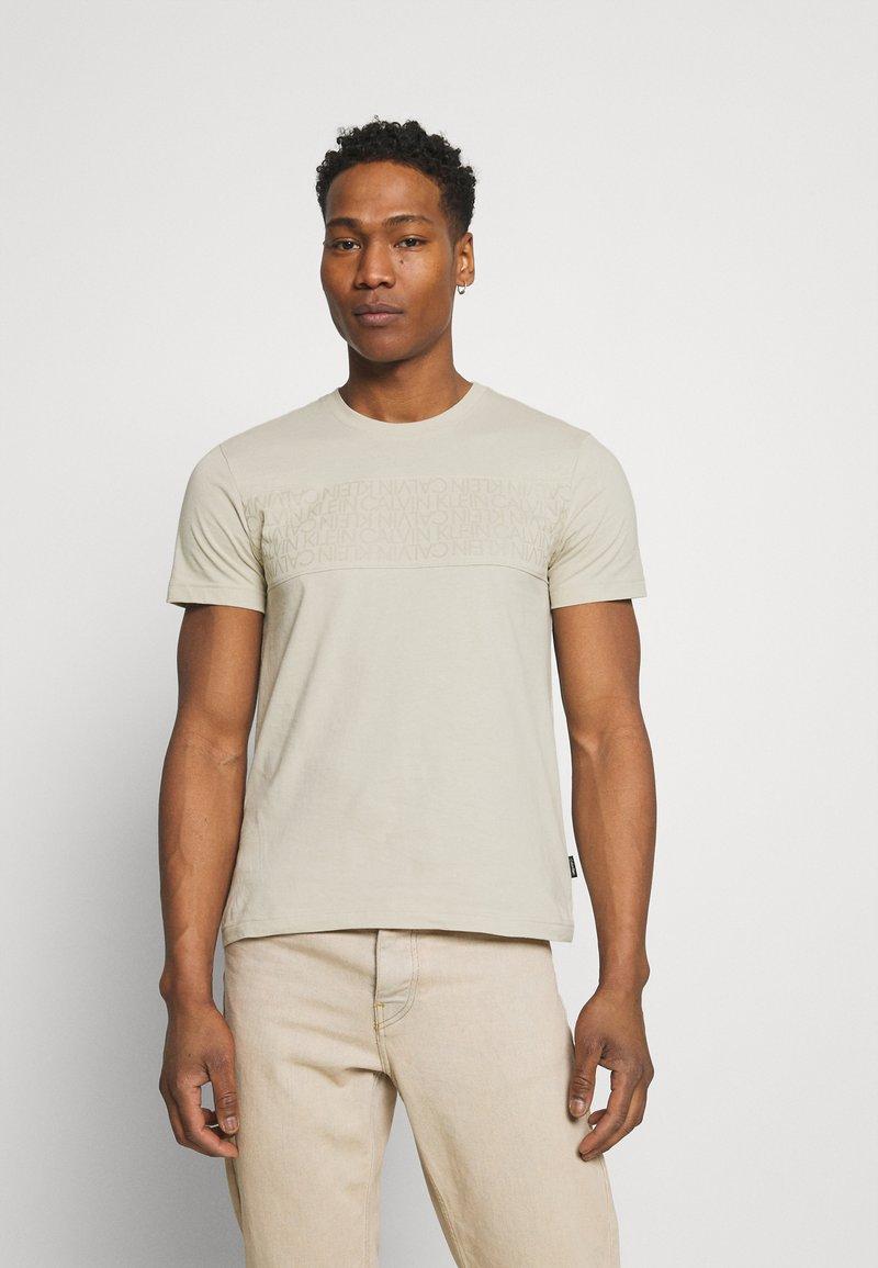 Calvin Klein - LOGO LINES - T-shirt con stampa - beige