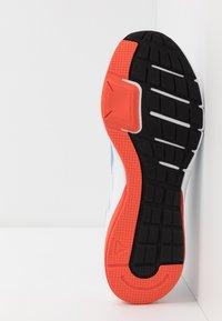 Reebok - RUNNER 4.0 - Zapatillas de running neutras - white/vivid orange/blue - 4