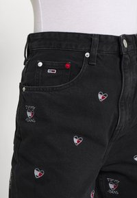 Tommy Jeans - MOM TAPERED - Relaxed fit jeans - denim black - 5