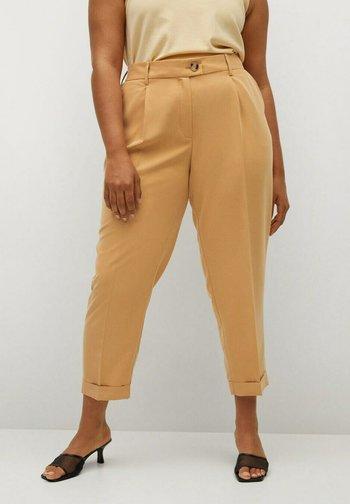 PLEAT8 - Spodnie materiałowe - moutarde