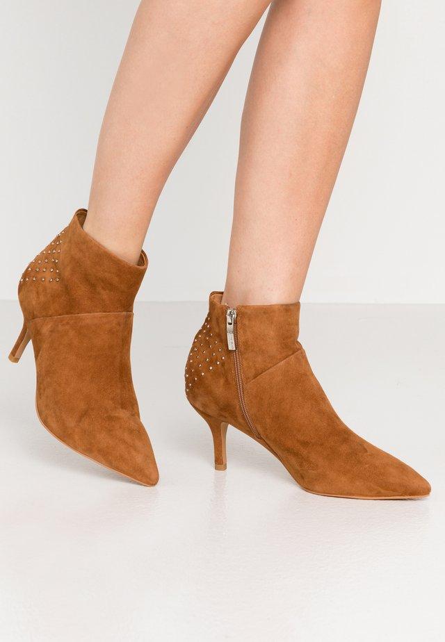 VALENTINESTUD - Boots à talons - tan
