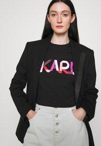 KARL LAGERFELD - STRIPE LOGO - T-Shirt print - black - 4