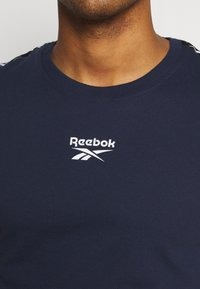 Reebok - TAPE TEE - T-shirt med print - dark blue - 5