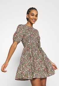 Miss Selfridge - CLUSTER FLORAL DRESS - Denní šaty - black - 3