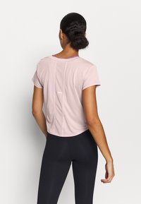 ASICS - RACE CROP - Print T-shirt - ginger peach