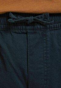 Jack & Jones - JJIJEFF JJJOGGER - Shorts - navy blazer - 6