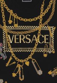Versace - MAGLIETTA MANICA CORTA - Triko spotiskem - nero - 3