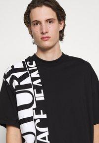 Versace Jeans Couture - T-shirt imprimé - nero - 6