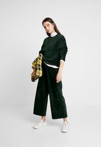 Monki - CORIE TROUSERS - Kalhoty - green - 1