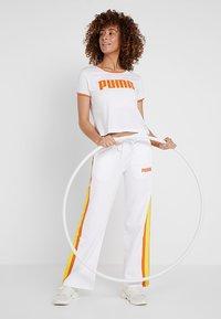 Puma - PERFORMANCE RETRO TEE - Camiseta estampada - white - 1