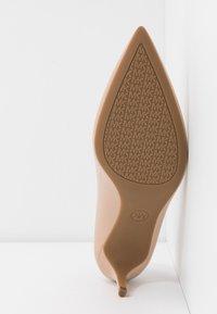 MICHAEL Michael Kors - SARA FLEX KITTEN  - Classic heels - light blush - 5